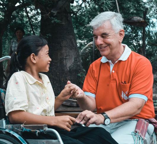 """Enrique Figaredo sj – """"bisschop van de rolstoelen"""""""