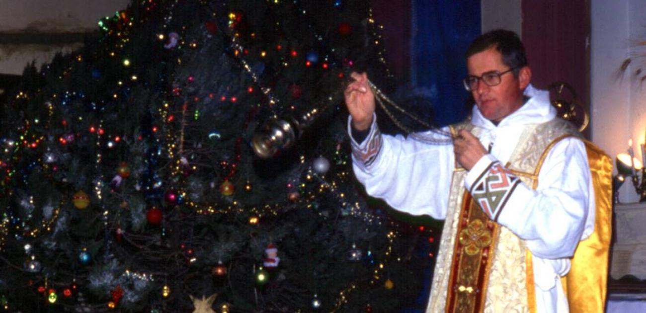 Nico Kluiters voor de kerstboom met wierookvat