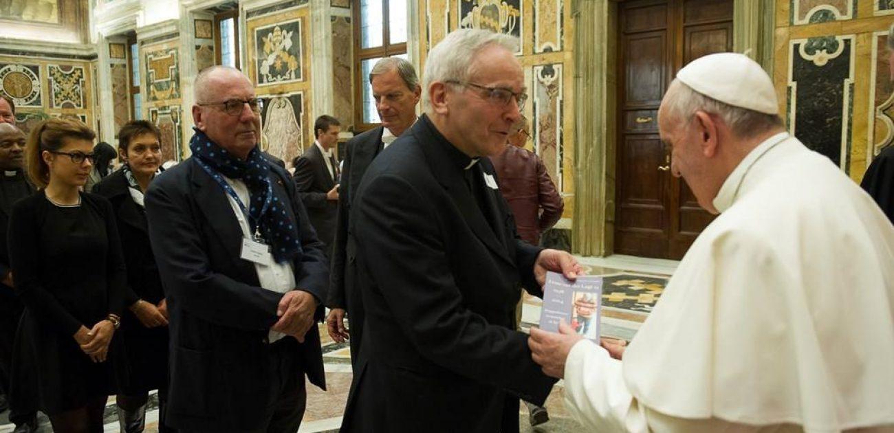 Paus Franciscus neemt boek over wijlen Frans van der Lugt sj in ontvangst