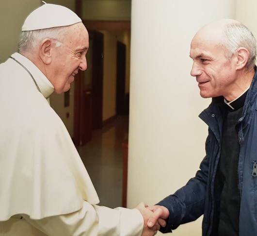 Paus geeft Leo de Weerdt sj cadeaus mee voor gevangenen